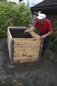 Alles reichlich mit einer Schicht guter, humoser Gartenerde abdecken und fertig ist das Hochbeet.